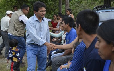 Moradores de Pitá gestionan el asfalto de una vía.