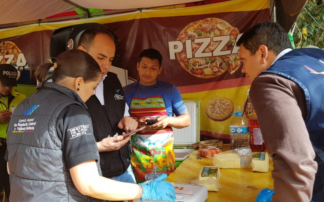 Arcsa controla locales de comida en la Feria de Loja